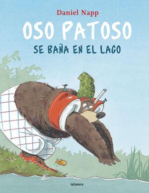 OSO PATOSO SE BAÑA EN EL LAGO